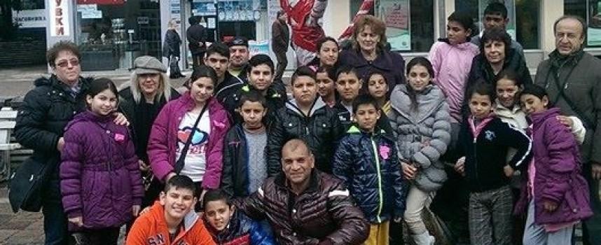 """Ученици от """"М. Куманов"""" зарадваха града с мартенско дърво"""