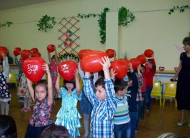 """Децата от """"Здравец"""" поздравиха майките си за 8 март"""