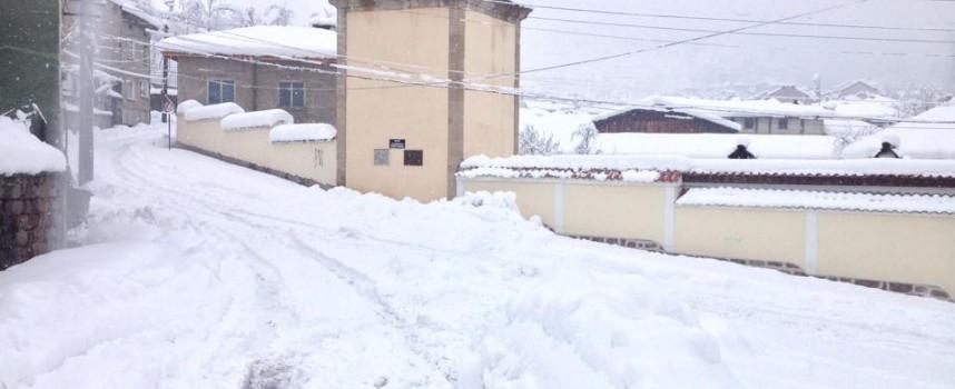 Дежа вю: Брацигово пак е заринато в сняг