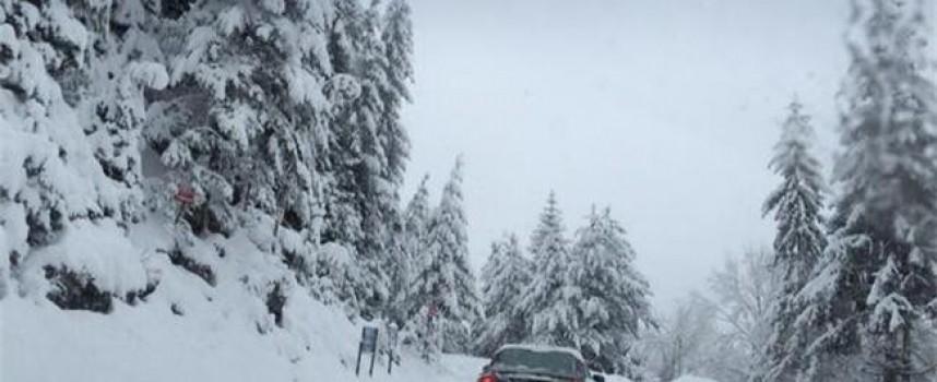 Сърница все още е в снежен капан