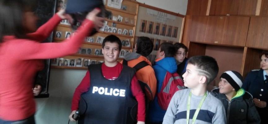 """Деца от """"Георги Брегов"""" в Пазарджик гостуваха на полицаите от районното управление"""