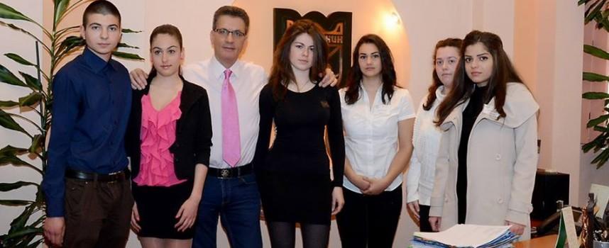 Кметът Тодор Попов даде за ден стола си на Николета Георгиева
