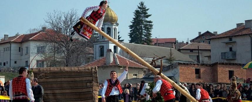 """Ансамбъл """"Пазарджик"""" откри кукерският фест в Попинци"""