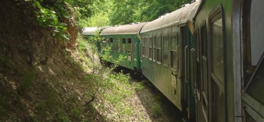Дерайлира локомотивът на теснолинейката
