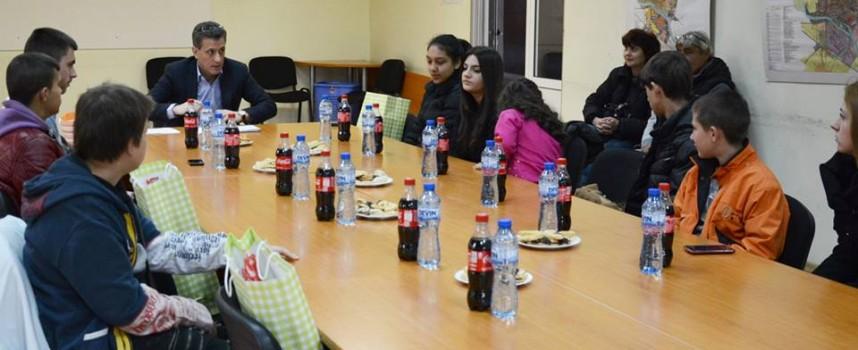 Кметът Тодор Попов се срещна с децата, чийто настойник е