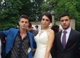 Шефът на Данъчното, ексдепутат и народна представителка изпратиха абитуриенти