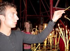 """Предколедно: 40 ст. за най-евтината свещ в """"Св.Богородица"""", баби отсвириха покойниците"""