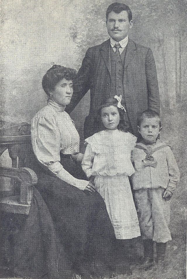 13BASA-255K-1-108-6-Aleksandar_Stambolijski,_Milena_Stambolijska_and_their_children_Nadezhda_and_Asen