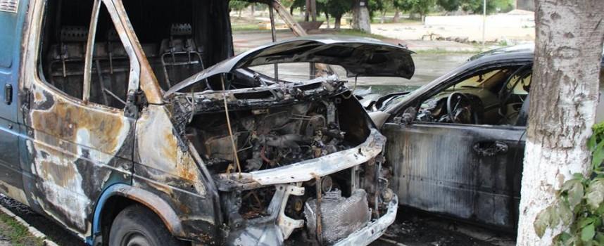 Бус и лека кола са изгорели тази нощ в Септември