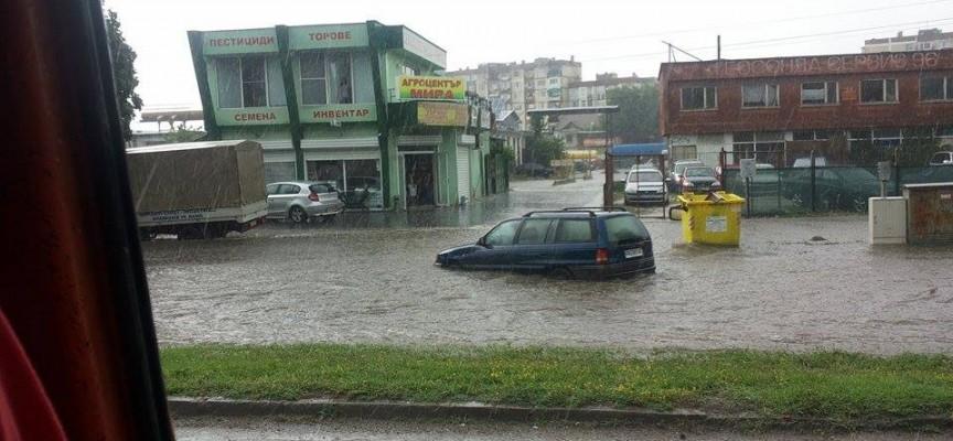 За половин час от 14.30 до 15.00: Дъждът закова пазарджиклии по коли и под навеси, край Пожарната плува кола