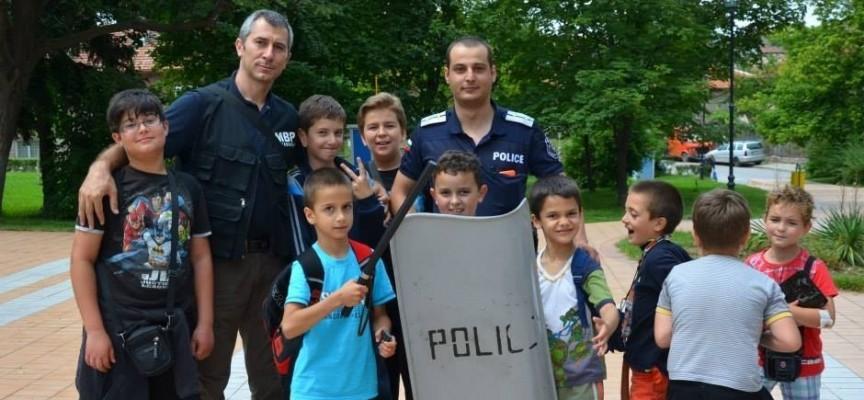 70 деца разпитваха трима полицаи в Пещера
