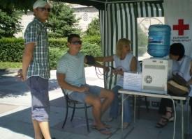 БЧК раздава минерална вода заради жегите