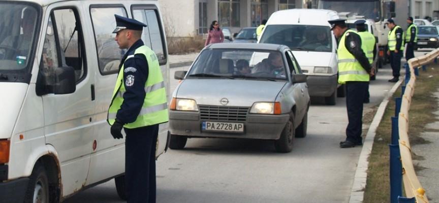 Камион помля кола на изхода към Звъничево