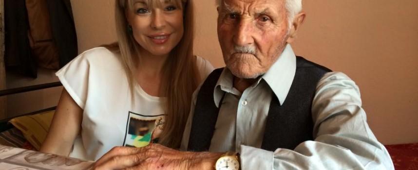 Мира Добрева снима столетникът дядо Никола в Равногор
