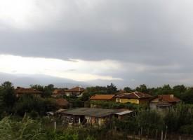 Силен вятър бушува в Пазарджишко, довлече дъжд