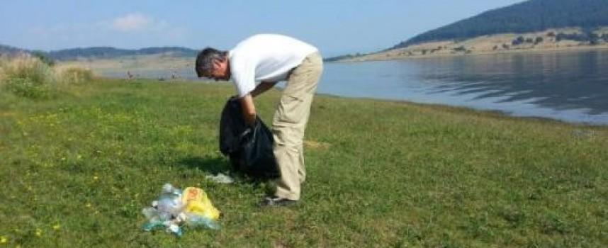 Швейцарски професор чисти край яз. Батак