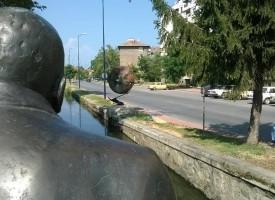 Петър Бажлеков монтира най-новата си творбата край Паша арк