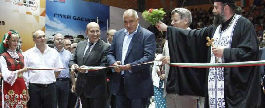 """Бойко Борисов откри новата зала """"Арена Асарел"""" в Панагюрище, блъскат се да го пипнат/снимки/"""