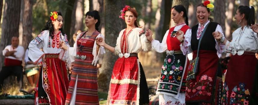 """Ансамбъл """"Пазарджик"""" откри снощи фестивала на народната носия в Жеравна"""