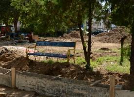 "Ремонтират градинката зад банка ""Алианц"""