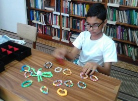 В Пещера: Единадесет годишният Йордан плете предмети от ластик