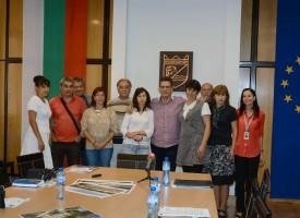 Снимки за спомен: Кметът се снима с журналистите и мажоретките