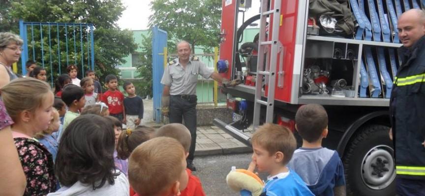 Пожарникари зарадваха брациговските малчугани