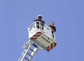 Пожарникари разфасоваха Опел пред Театъра /снимки и видео/