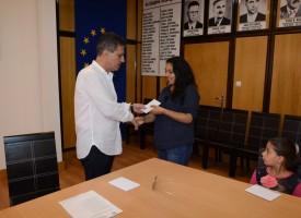 Кметът Тодор Попов подари бележници и парична помощ на 10 деца