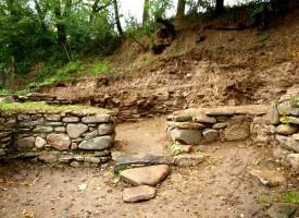 Детско гробче, железен и мраморен кръст, три монети и бронзова обица откриха археолозите край Ракитово
