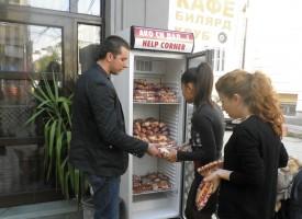 80  сандвича  дари  ГЕРБ  на хладилника за социално слаби в Пазарджик