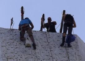 Вижте как смелчаци изкачиха сградата на Общината днес