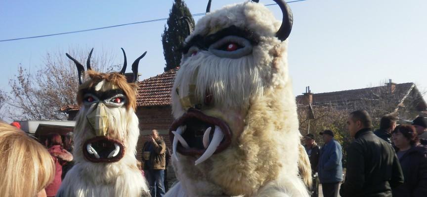 Във Варвара: Кукери тръскат гриви и гонят злото в първия ден на годината