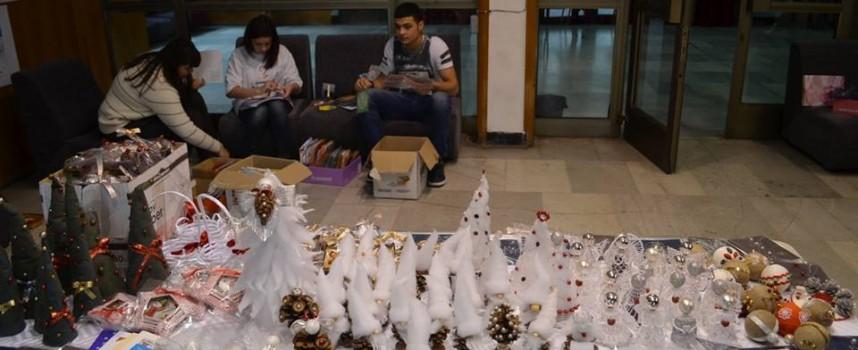 Майките отвориха Коледния базар в Младежкия дом
