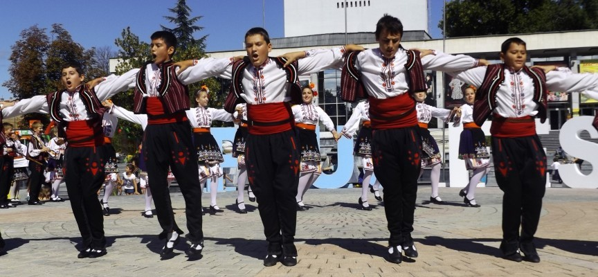 """Танцьорите от """"Чудесия"""" ще подарят коледно настроение на хора в неравностойно положение"""