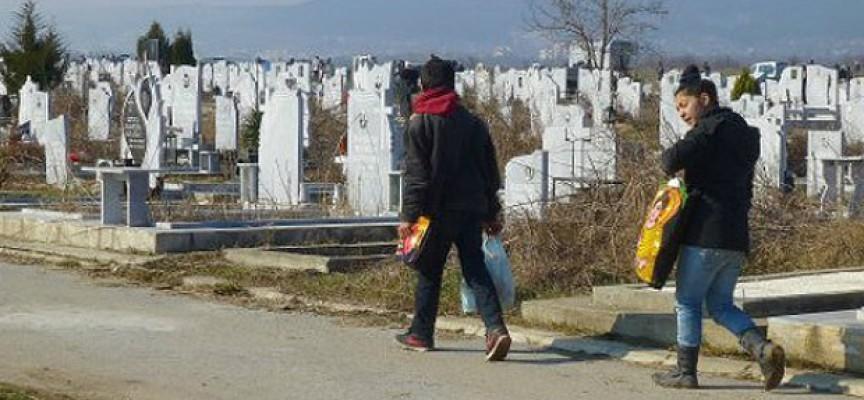 Читателска връзка: Вандали крадат мраморни плочи от гробищата