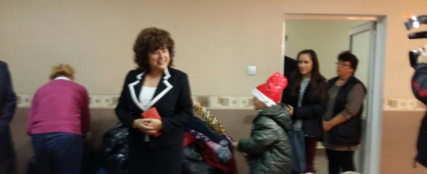 """Децата от НУ """"Васил Левски"""" поднесоха коледен поздрав в Областната администрация"""