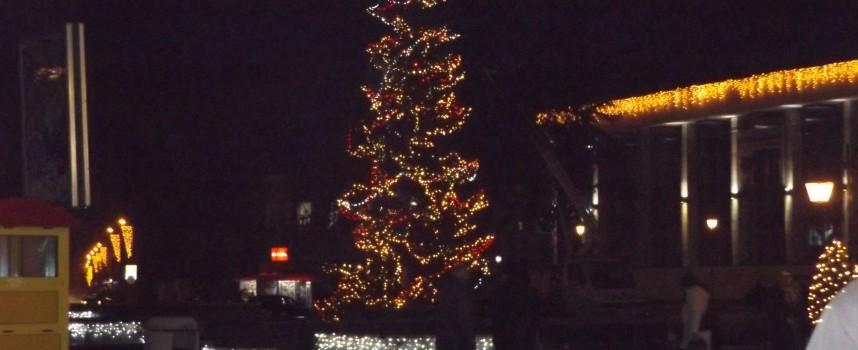 Тази вечер кметът Тодор Попов пали светлините на Новогодишната елха