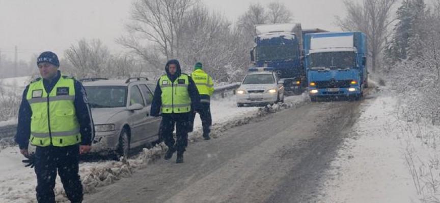 Полицията: Карайте внимателно, заледено е