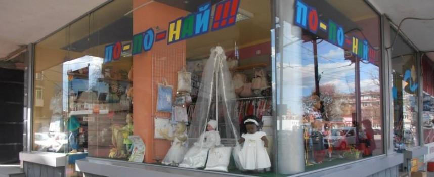 Крадла отмъква портмоне в детски магазин, познавате ли я?