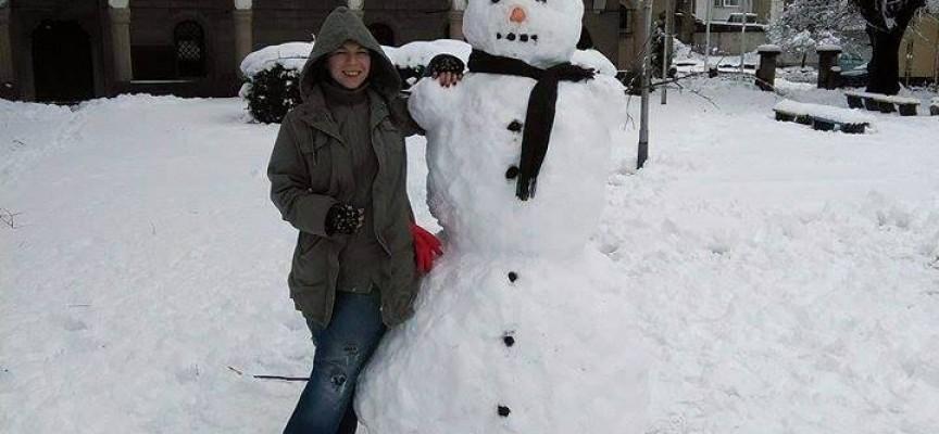 Снежен човек позира пред Света Богородица