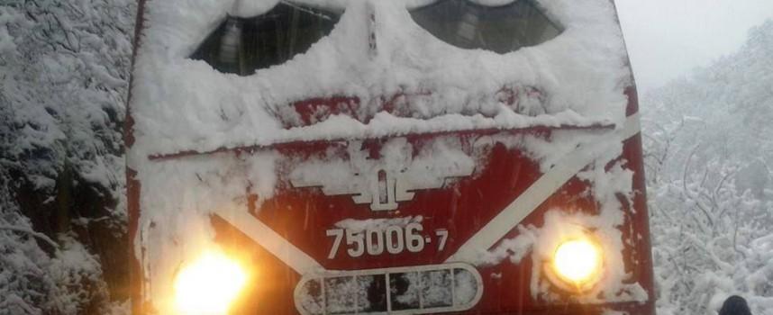Теснолинейката с 30 човека във вагоните дерайлира между Якоруда и Белица