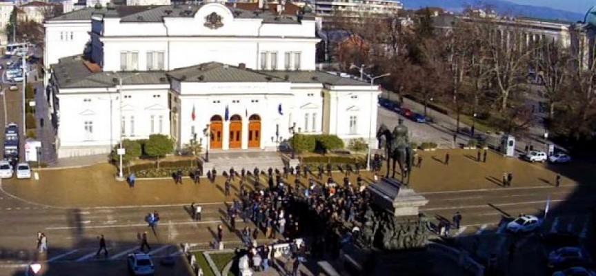 Около осемстотин души се събраха пред Парламента
