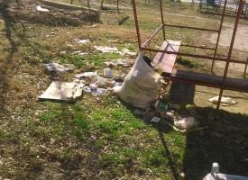 """Читателска връзка: Детска площадка на ул. """"Г.Раковски"""" се превърна в локално сметище"""