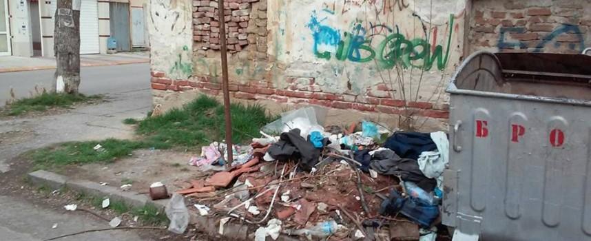 Читателска връзка: Отпадъци в сърцето на града стоят от един месец