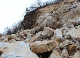 Свлачище затруднява водачите по пътя Пещера – Батак