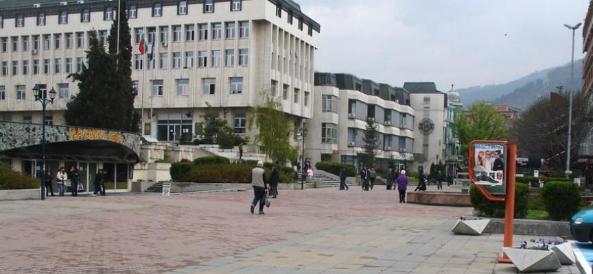 В Асеновград: Плащаш пет лева такса, ако мериш абитуриентска рокля