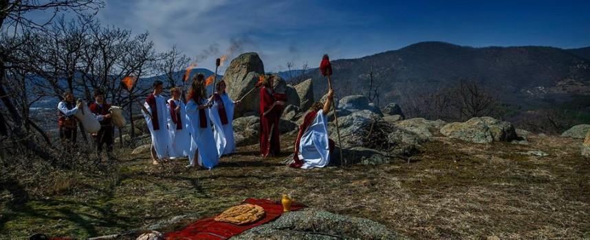 УТРЕ: Следовниците на древните траки отбелязват пролетното равноденствие на Момини камъни