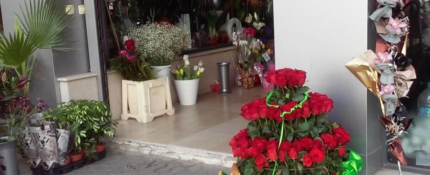 Пазарджиклия купи букет от 100 рози за любимата