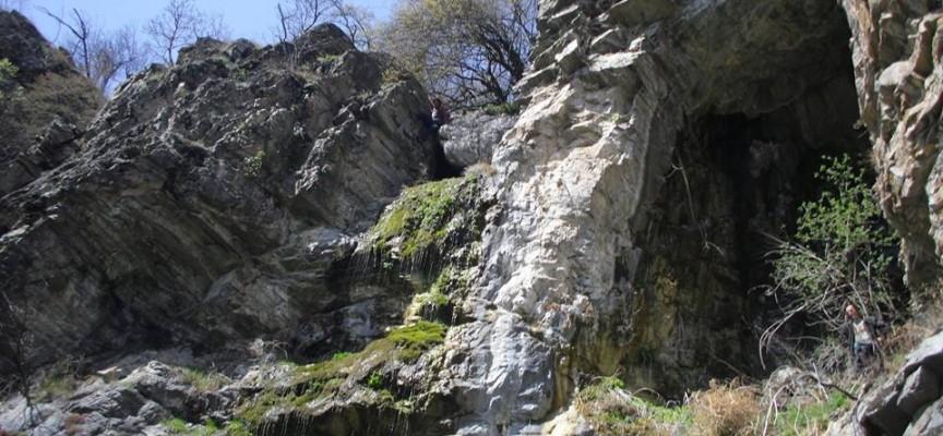 Съботни маршрути: Богородица и младенецът се явяват пред входа на тайнствена пещера край Ракитово